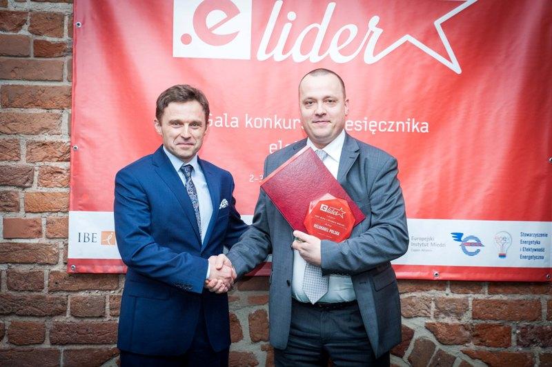 Tomasz Koziarek, Dyrektor Marketingu odbiera nagrodę e.Lider